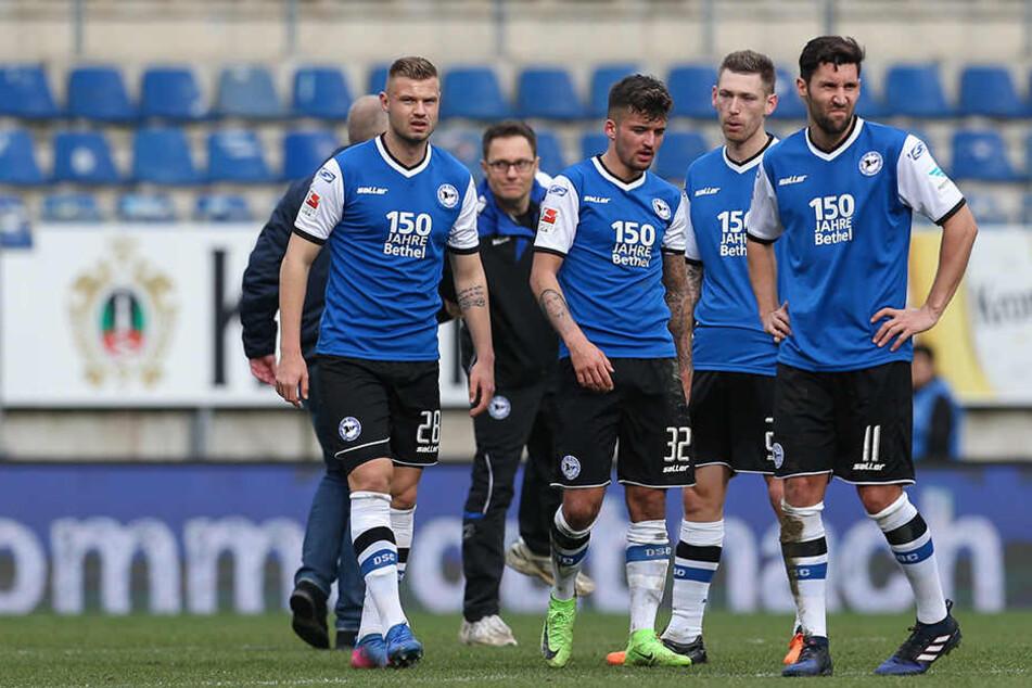 Mit langen Gesichtern verließen die Spieler den Platz nach dem unerwarteten 2:2-Unentschieden gegen Erzgebirge Aue.