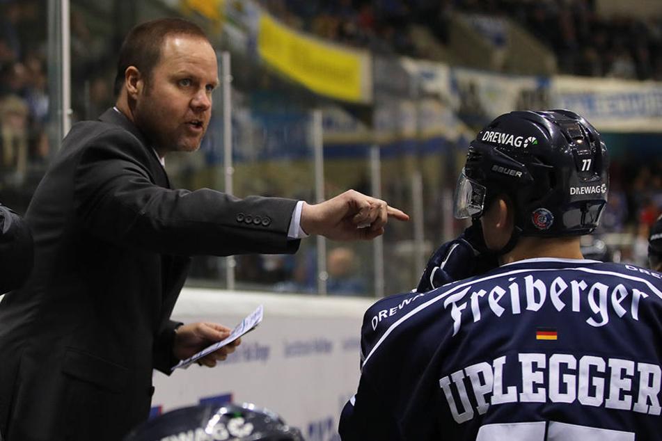 Der neue Coach Bradley Gratton (links) gibt energische Anweisungen weiter.