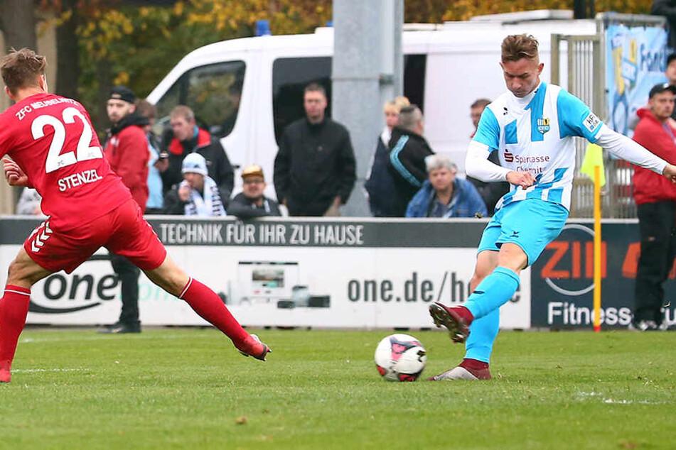 Diesen Linksschuss von Erik Tallig konnte der Ex-Chemnitzer Fabian Stenzel abwehren. Der zweite Versuch landete im Meuselwitzer Kasten. Das 5:0 war das erste Regionalliga-Tor von Tallig.