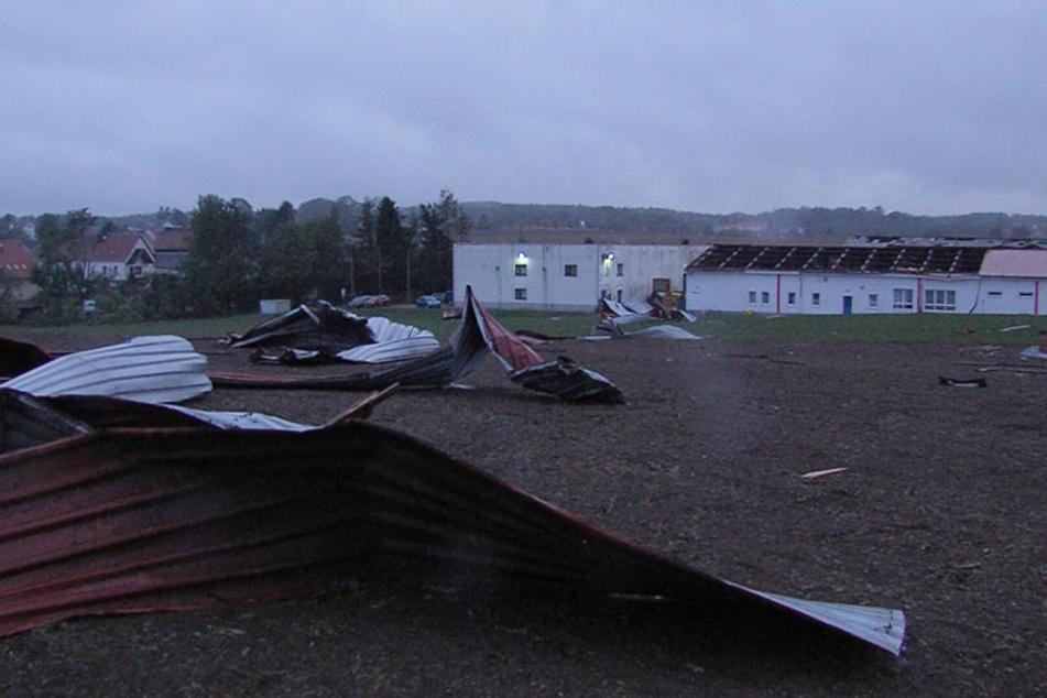 Ein abgedecktes Dach verteilt sich in Hirschfeld auf einem Feld.
