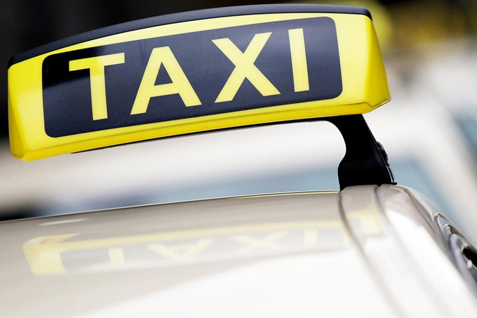 Um seinem Kollegen zu helfen und den Pizzaboten anzuhalten, blockierte der Taxifahrer mit seinem Auto die Straße. (Symbolbild)