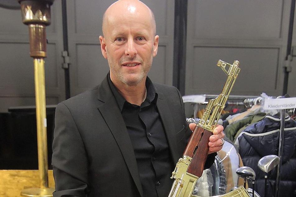 Hauptkommissar Jürgen Leistner (50) präsentierte die beschlagnahmte Beute.  Darunter eine vergoldete, nicht funktionsfähige Kalaschnikow.