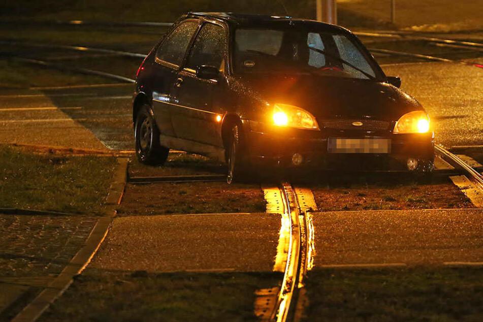 Der Ford fuhr ins Gleisbett und hatte sich mit den Vorderrädern in einer Rinne festgefahren.