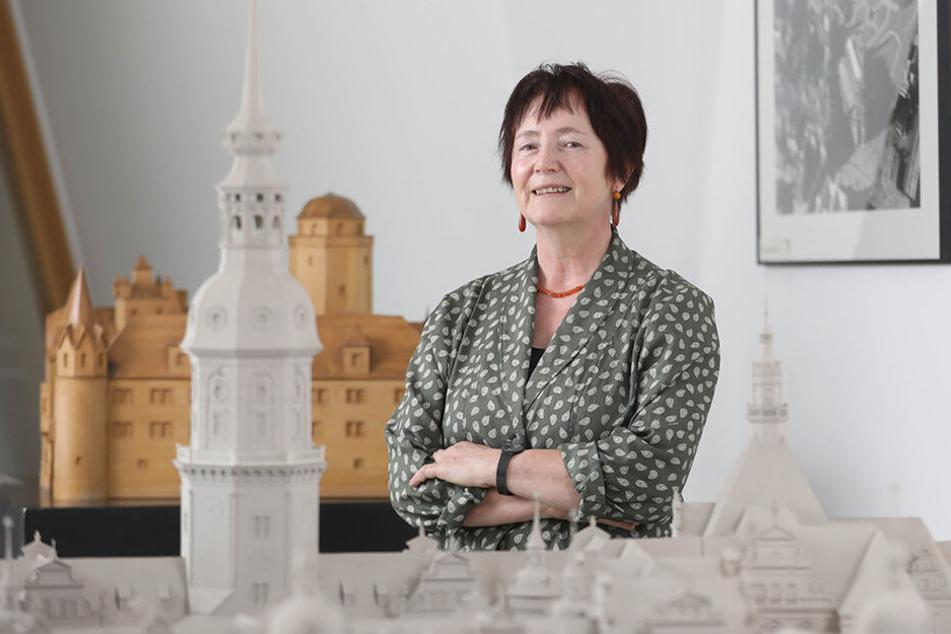 Rosemarie Pohlack (65) zwischen Modellen historischer Bauten im Landesamt für Denkmalpflege im Dresdner Ständehaus. Die Professorin ist zugleich Sachsens oberste Konservatorin.