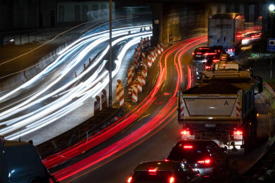 Autos stauen sich in Stuttgart vor einem Tunnel.