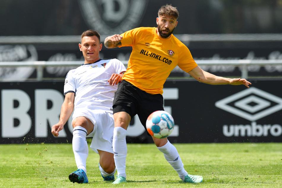 Brandon Borrello (r.) schirmt vorm Stettiner Damian Dabrowski den Ball ab.