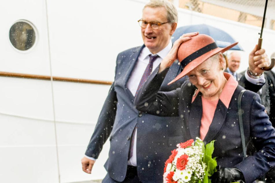 Royaler Besuch unterm Regenschirm: Königin Margrethe II. erreicht Flensburg