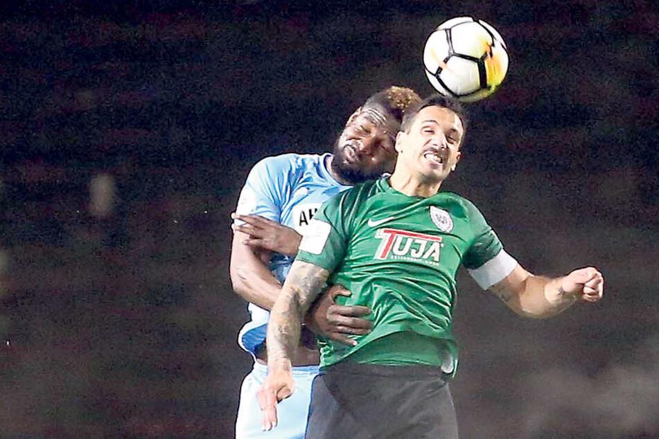 Emmanuel Mbende hatte bei seiner Saisonpremiere gegen den quirligen Münsteraner Adriano Grimaldi (vorn) keinen leichten Stand.