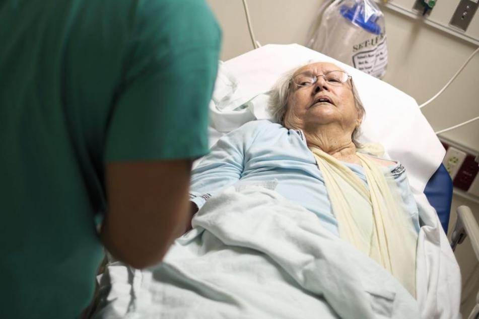 Die hilflosen Senioren konnten sich nicht wehren. (Symbolbild)