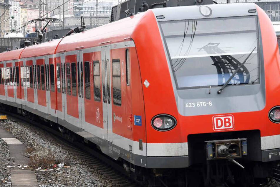 In Höhenkirchen-Siegertsbrunn hat eine S-Bahn einen Jugendlichen erfasst. (Symbolbild)
