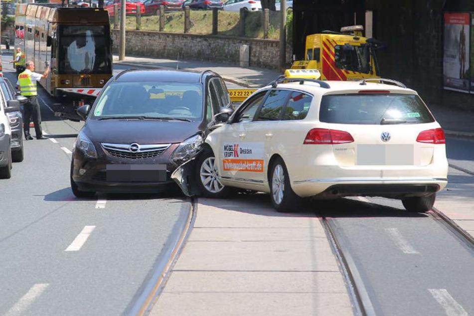 Dreier-Crash! VW erwischt Taxi und schiebt es auf Opel