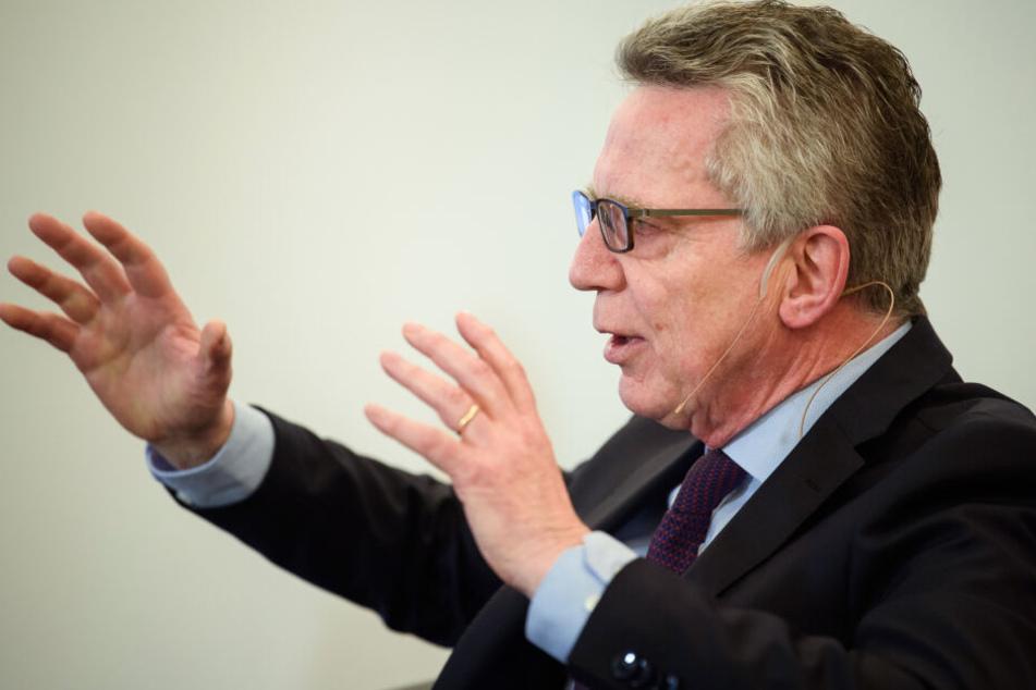 Die Grünen fordern: Thomas de Maiziere (65, CDU) muss als ehemaliger Innenminister eine Aussage zur Abschiebung vom Amri-Freund machen.