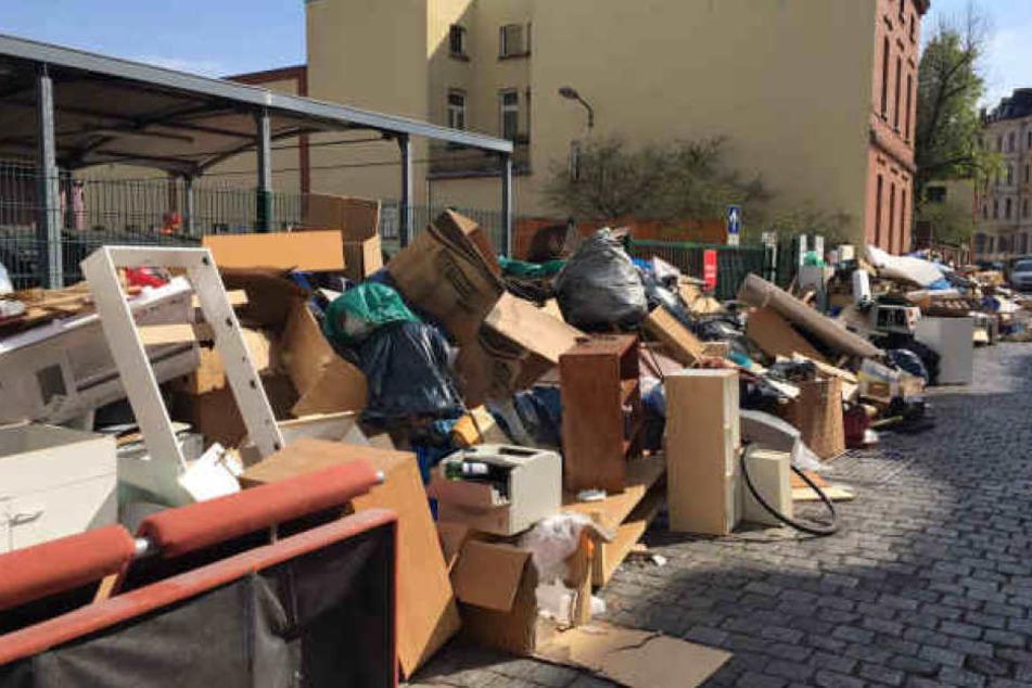Schon Mitte April hatten die Mitarbeiter der Leipziger Stadtreinigung gestreikt. Anwohner hatten ihren Müll daraufhin vor den Toren des Wertstoffhofs Körnerstraße abgestellt.