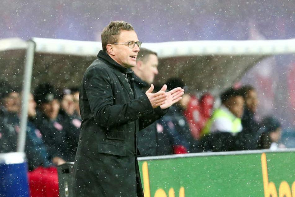 Gab im Leipziger Schneetreiben an der Seitenlinie immer wieder Anweisungen: RB-Trainer und Sportdirektor Ralf Rangnick.
