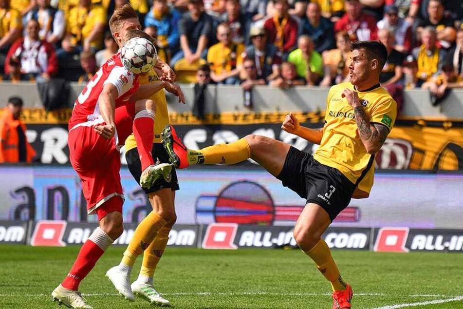 Ohne Rücksicht auf Verluste: Dario Dumic (r.) geht in die Zweikämpfe wie ein echter Krieger. So auch mit gestrecktem Bein gegen Felix Kroos (l.).