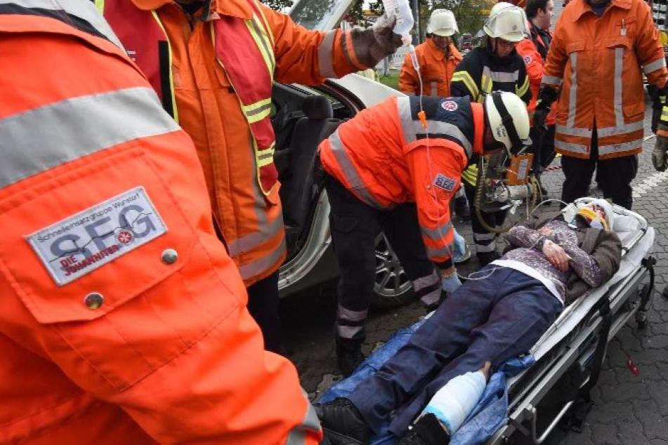 Die Rettungskräfte versorgten den an den Beinen verletzten Mann, so wie hier bei einer Übung auf einer Autobahnraststätte.