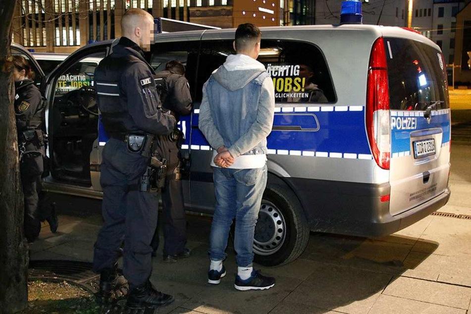 """Drogenrazzien wie hier an der Zenti gehören zum Polizeialltag. Noch ist Chemnitz aber kein ganz """"Heißes Pflaster""""."""