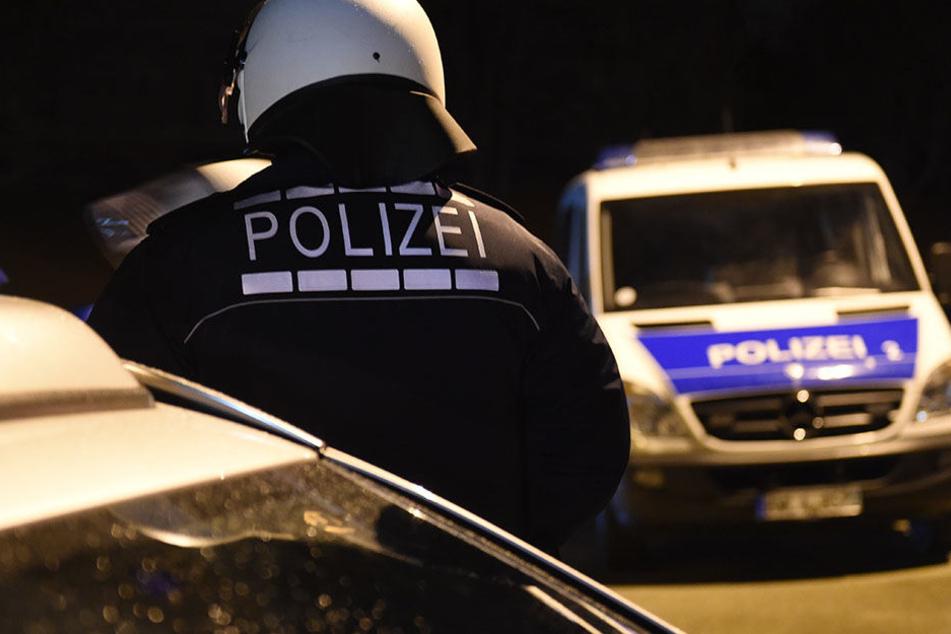 Die Polizei konnte den Betrunkenen letztendlich überwältigen und fixieren. (Symbolbild)