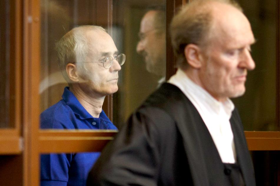 Der 57-jährige Angeklagte steht hinter Eckart Wähner (r.), Verteidiger, vor dem Prozessauftakt.