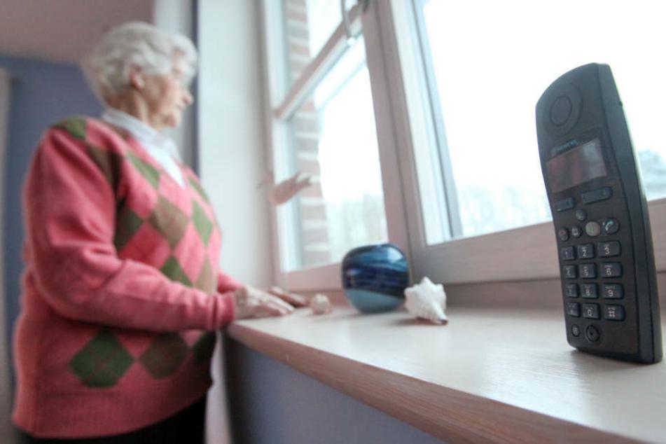 Rüstige Rentnerin legt Betrüger mit Klopapier und Gurkengläsern rein