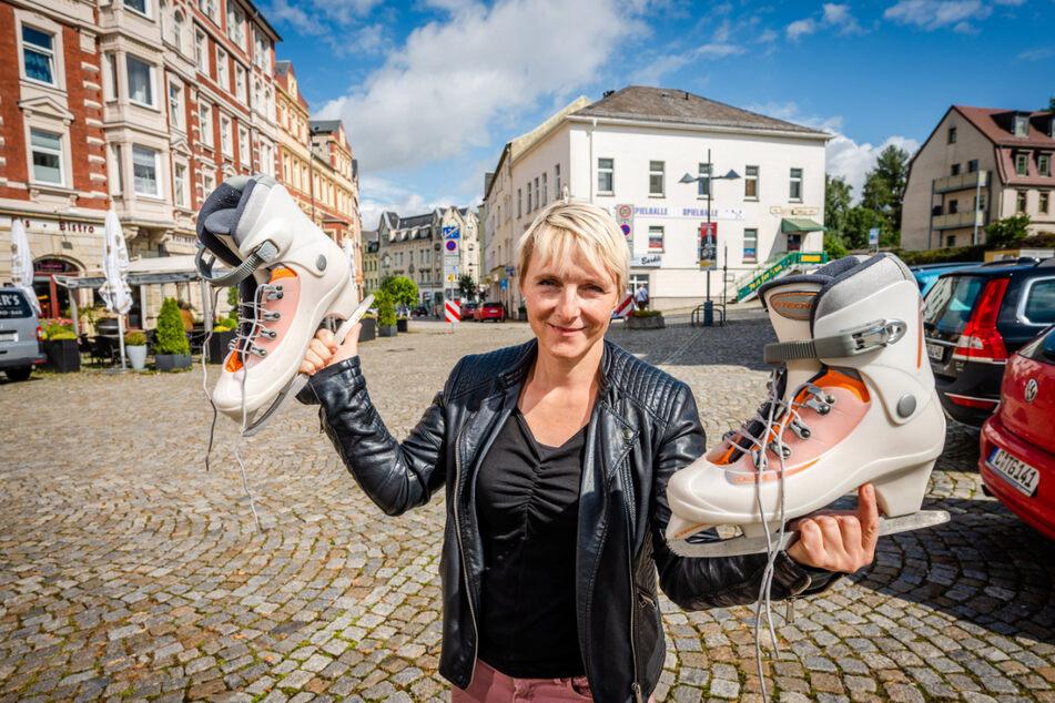 Begibt sich gern aufs Glatteis: Stadtsprecherin Frances Mildner (45) freut sich auf das eisige Vergnügen auf dem Johannisplatz.