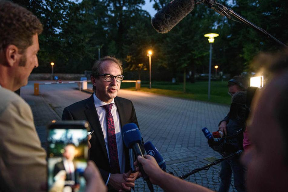Alexander Dobrindt beantwortete auf seinem Weg zu einer Sitzung der Gesellschafterversammlung der Flughafen Berlin Brandenburg GmbH Fragen von Journalisten.