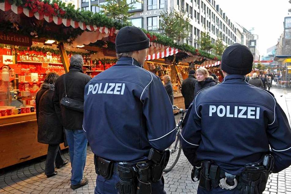 Polizisten streifen über den Leipziger Weihnachtsmarkt. Auch in diesem Jahr setzt die Polizei auf verstärkte Präsenz.