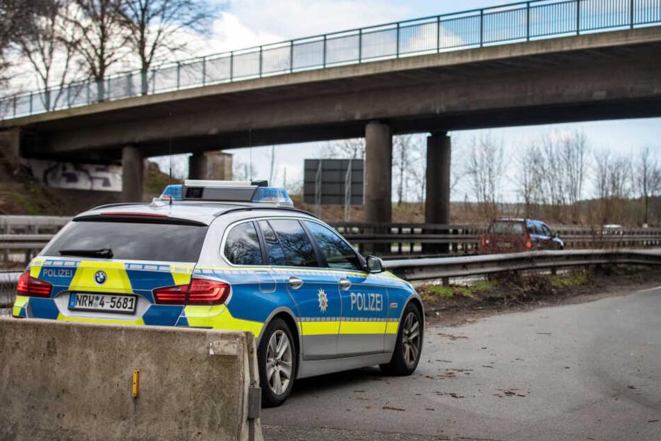 Polizisten in NRW halten Ausschau nach dem Verdächtigen.