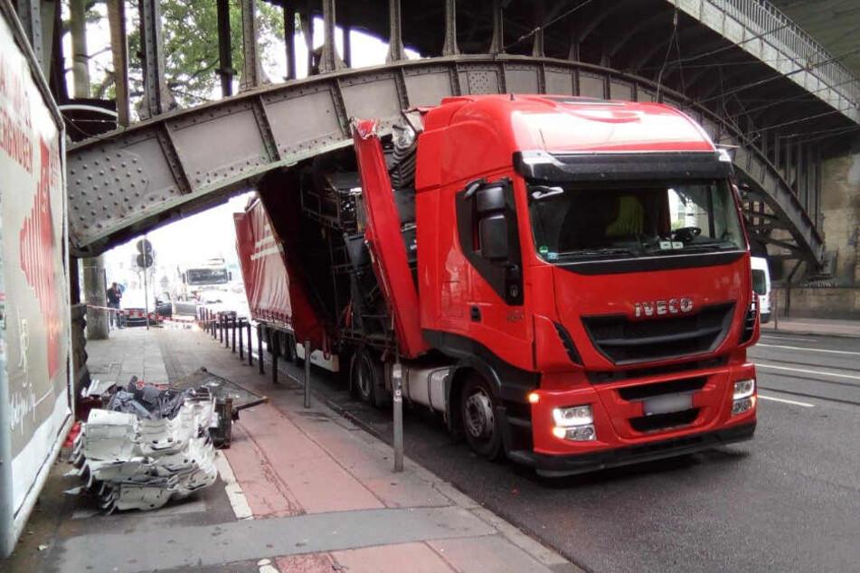 Der Lastwagen wurde schwer beschädigt.