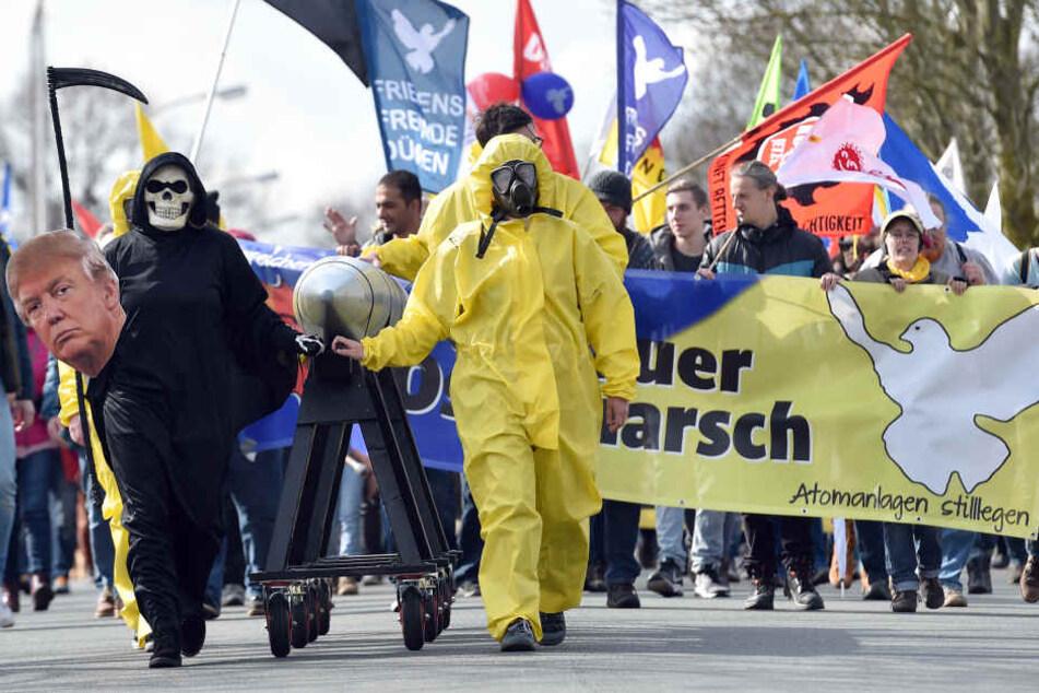Teilnehmer des Ostermarsches in Gronau am 30.03.18 demonstrieren vor der Uran-Anreicherungsanlage Urenco gegen Atomkraft und Atomwaffen.