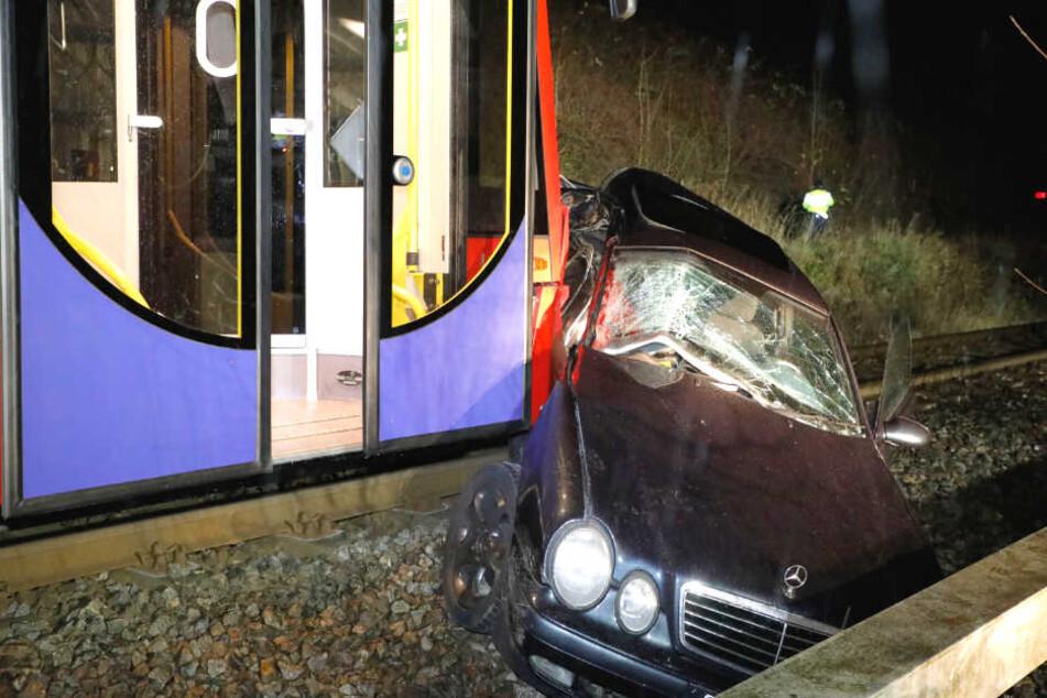 Die Bahn hat den Mercedes voll erwischt und noch einige Meter mitgeschleift.