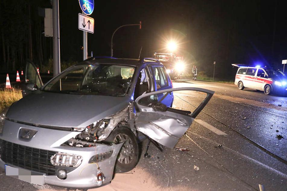 Ein Peugeot-Fahrer musste nach einem Zusammenstoß ins Krankenhaus.