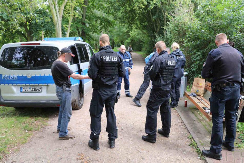 Die Polizei umstellt mit zahlreichen Beamten den mutmaßlichen Schützen.