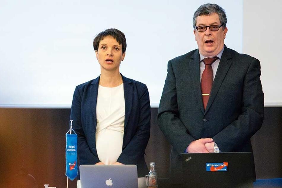 Beim Landesparteitag der AfD in Weinböhla singen Frauke Petry und Carsten Rütter die Nationalhymne.