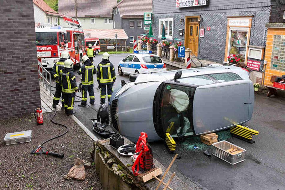 Der Skoda prallte gegen eine Mauer und kippte zur Seite. Die Fahrerin musste von der Feuerwehr befreit werden.