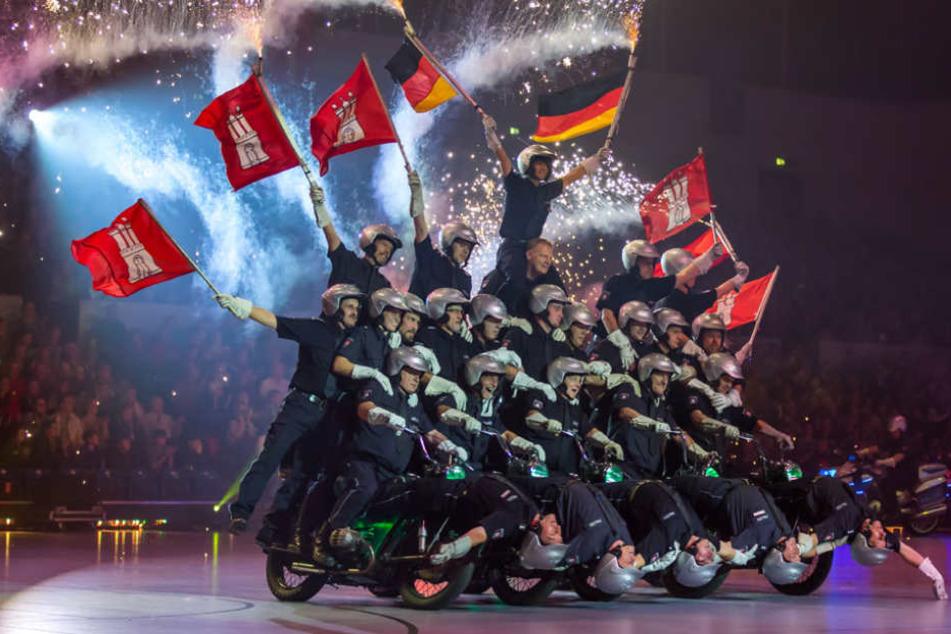 Die Pyramide besteht aus fünf Motorrädern und 27 Polizisten.