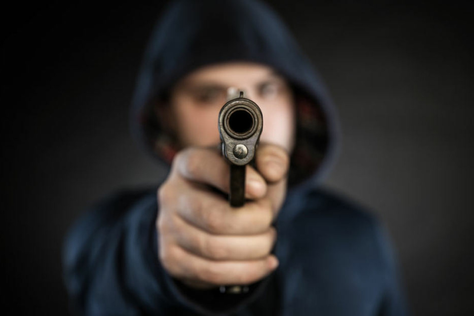 Der Mann bedrohte den Angestellten mit einer Pistole. (Symbolbild)
