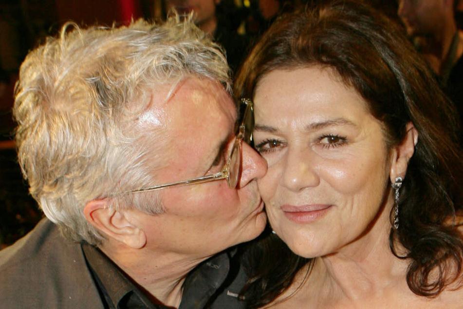Die Schauspieler Henry Hübchen küsst seine Schauspielkollegin Hannelore Elsner am Donnerstag (08.02.2007) in Berlin auf der Eröffnungsparty der Berlinale im Berlinale-Palast. (Archivbild)