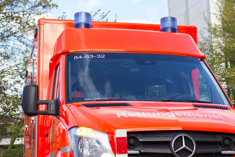 Nach dem Sturz des Mannes aus dem dritten Stock rückte die Polizei samt Rettungswagen, Notarzt und Feuerwehr an (Symbolbild).