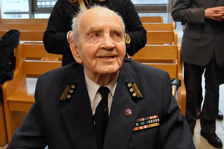 Zbigniew Radlowski, Veteran der polnischen Heimatarmee Armia Krajowa, lächelt nach dem Urteil im Bezirksgericht Krakau.