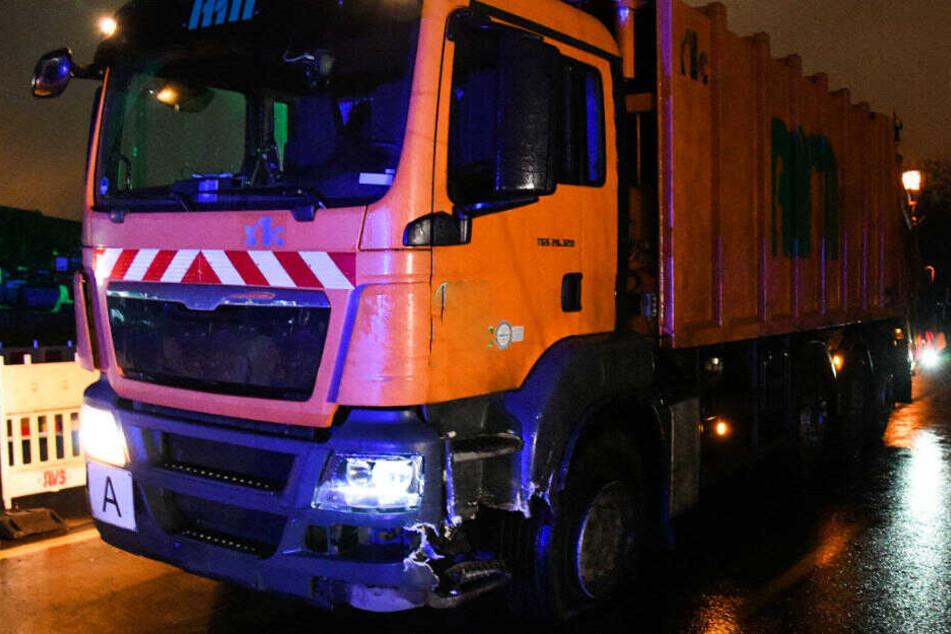 Ein Pkw kam aus ungeklärter Ursache von der Fahrbahn ab und prallte im Gegenverkehr mit einem Lkw zusammen.