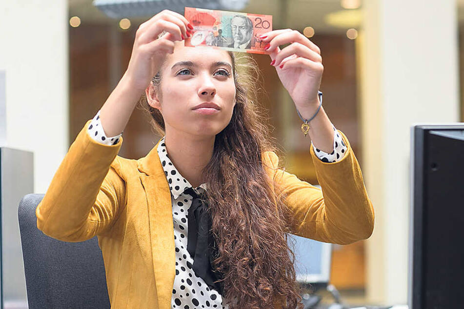 Cindy muss das Geld vorder Annahme anhand seiner Sicherheitsmerkmale überprüfen.