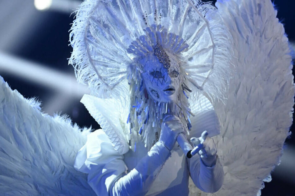 """Der Engel zeigt in der Show """"The Masked Singer"""" wo der Metal-Hammer hängt."""