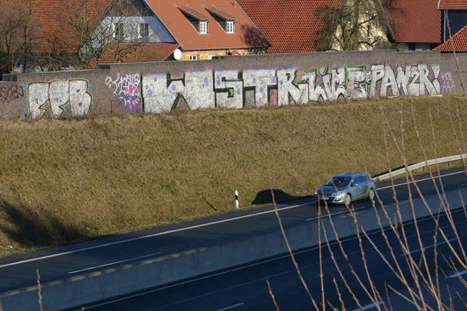 Dieses gigantische Graffiti verschmutzt die Lärmschutzwand an der B1 in Paderborn-Wewer.
