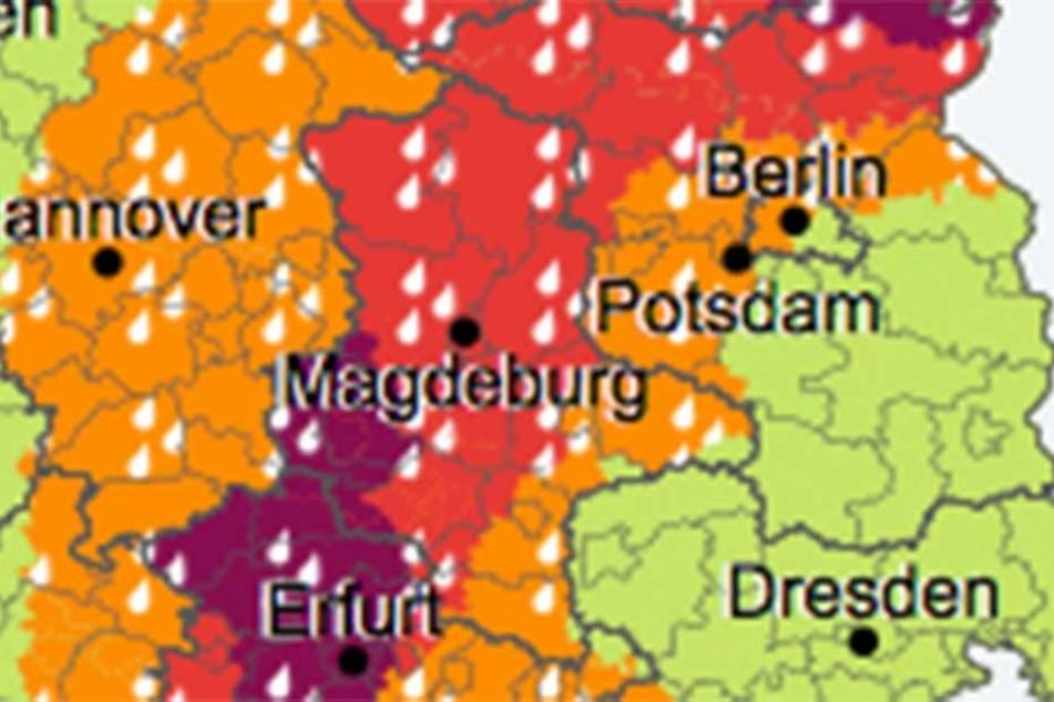 Extreme Unwetter der Stufe 3 (Rot) und 4 (lila) hängen über Mitteldeutschland fest.