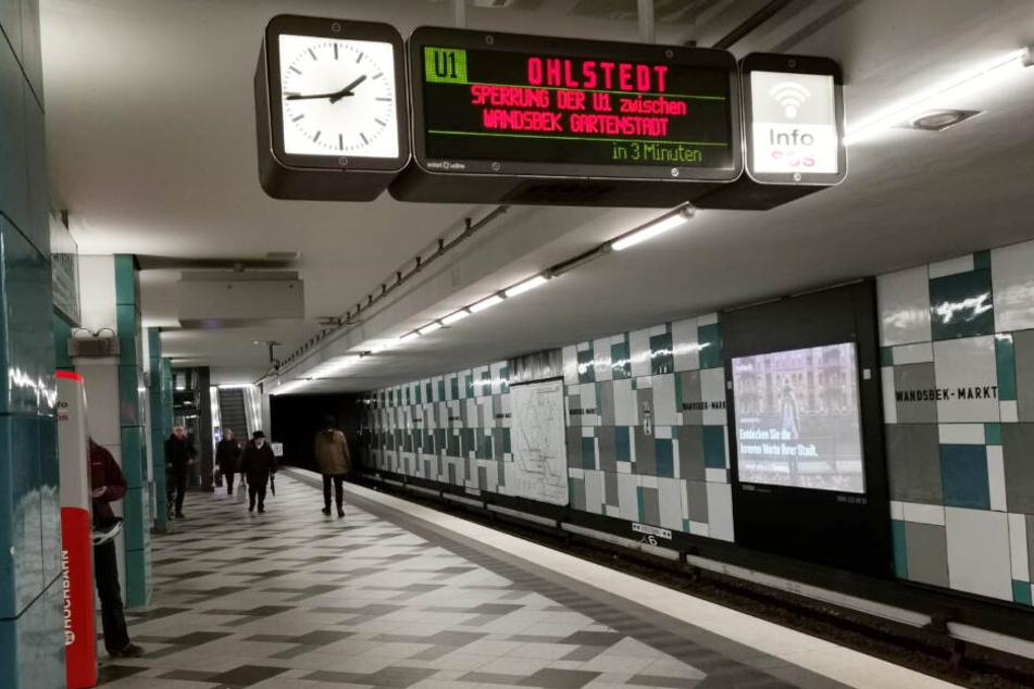 Die Hochbahn weist auf einer Anzeigetafel auf die Streckensperrung hin.