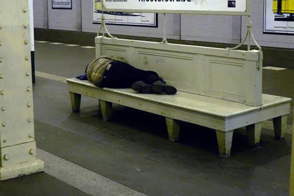 Ein Obdachloser schläft an einem Berliner U-Bahnhof. (Symbolbild)