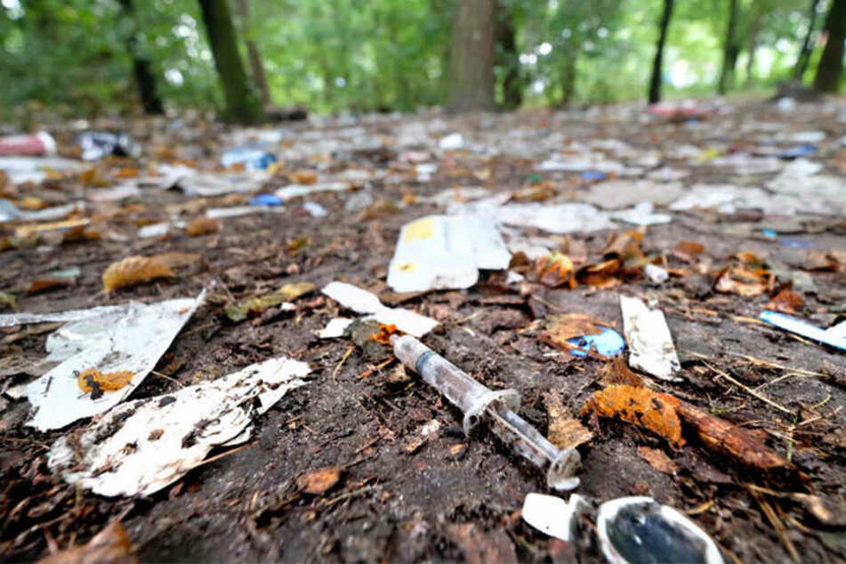 Benutzte Spritzen und anderer Junkie-Müll säumen den Grünstreifen.