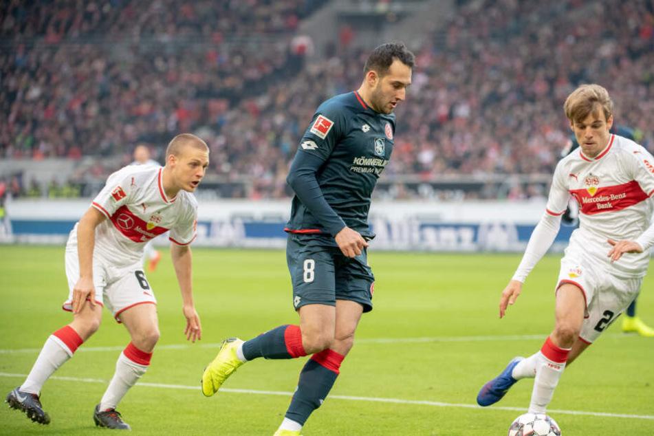 Der Mainzer Levi Öztunali (m.) setzt sich gegen die Stuttgart Santiago Ascacibar (l.) und Borna Sosa (r.) durch.