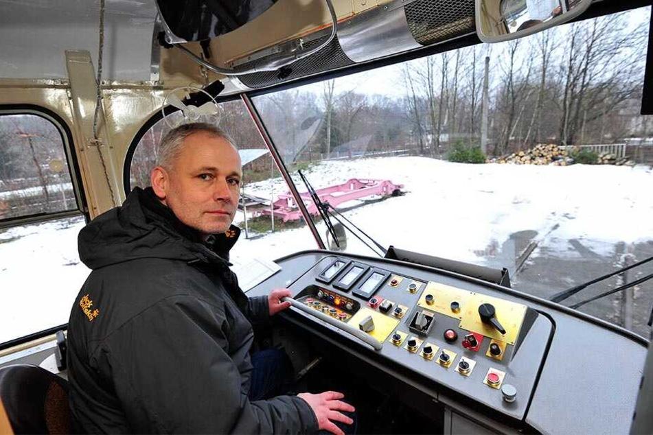 Alles wie damals: Jörg Bergner (51) zeigt das bis heute gleichgebliebene Armaturenbrett einer Tatra-Tram.